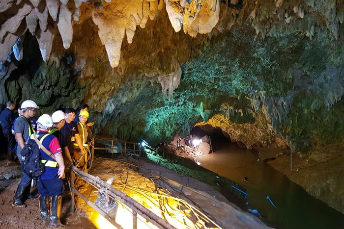Спасатели нашли живыми школьников, пропавших в пещере Таиланда