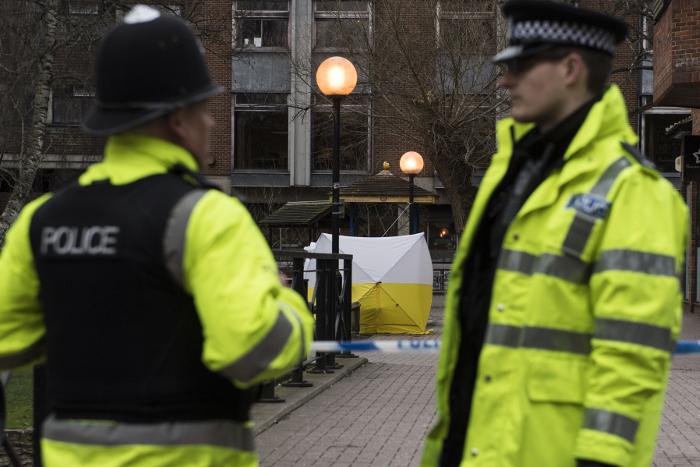 Два человека пострадали от неизвестного вещества около британского Солсбери