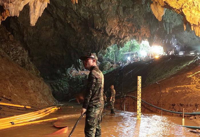 Операция по спасению детей из пещеры в Таиланде приостановлена на 10 часов