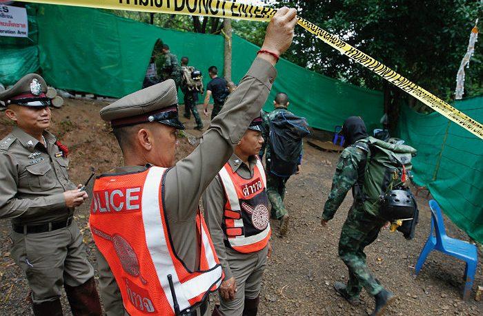 Первые два мальчика спасены из затопленной пещеры Таиланда