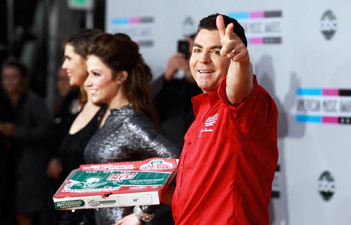 Основатель пиццерий Papa John's покинул директорский состав после расистского скандала