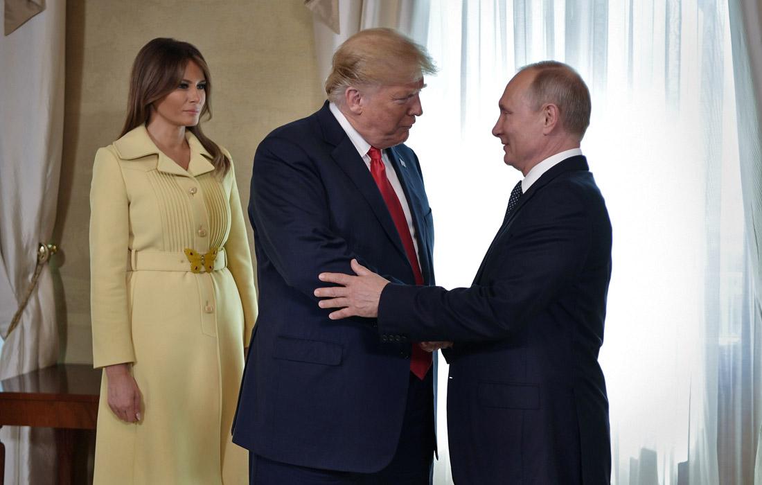 Трамп приехал на встречу с Путиным вместе с супругой Меланией, но после совместного фотографирования она покинула переговоры. Лидеры двух стран начали переговоры с обмена краткими приветствиями.