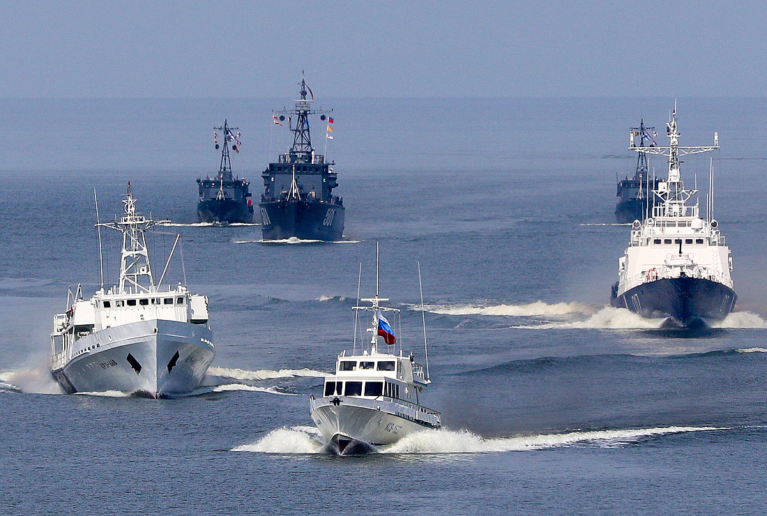 Праздничный строй боевых кораблей в Балтийске в Калининградской области