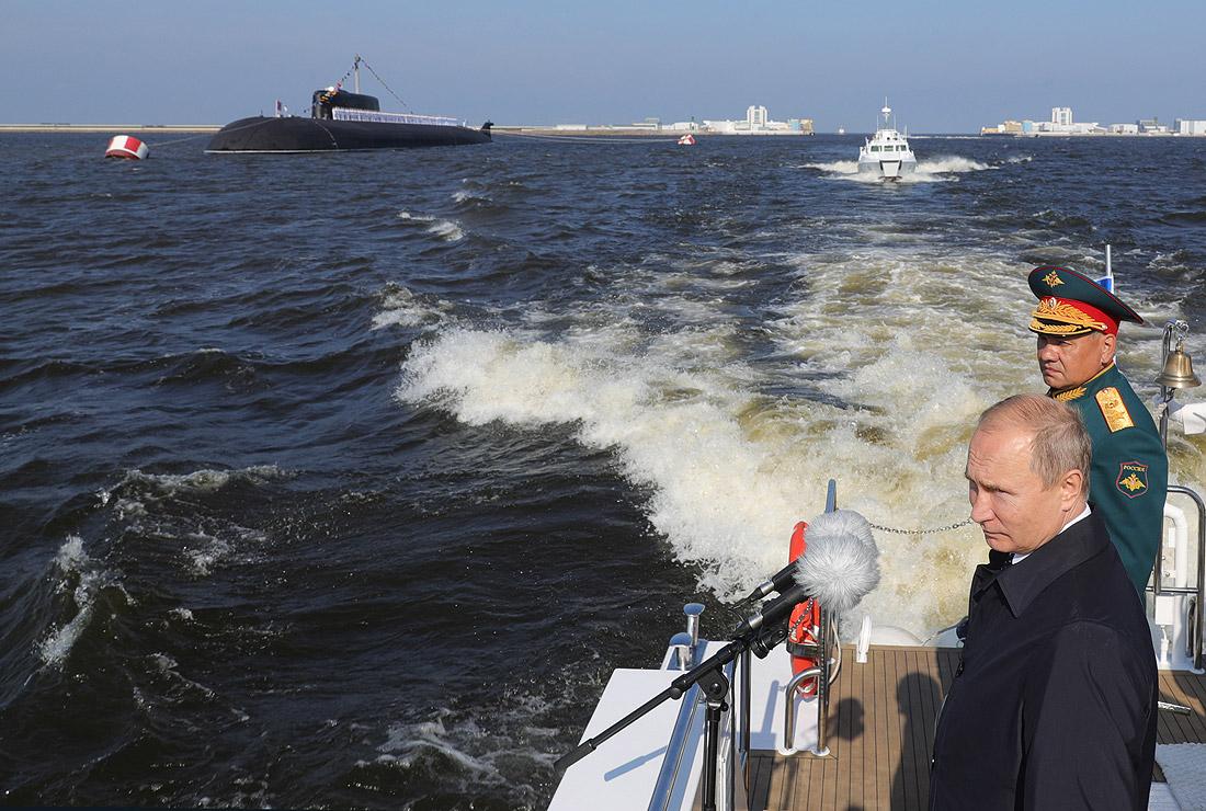 Президент России Владимир Путин и министр обороны Сергей Шойгу принимают главный морской парад в Петербурге
