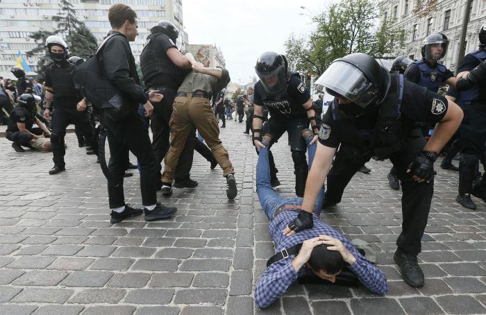 Почти 60 противников акции ЛГБТ-сообщества задержаны в Киеве