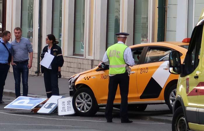 Наехавший на пешеходов в центре Москвы таксист уснул за рулем