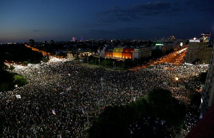В результате массовых акций протеста в Румынии пострадали 455 человек