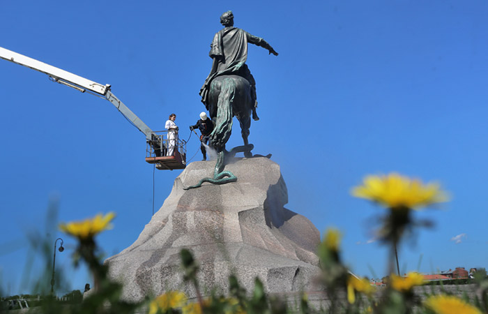 Вандалов привлекли к ответственности за попытку установить мангал на Медном всаднике