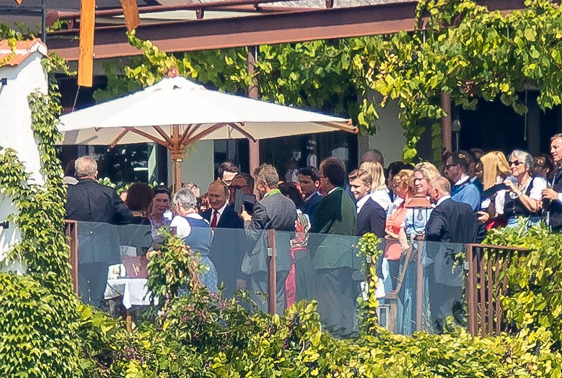 Владимир Путин среди гостей свадьбы