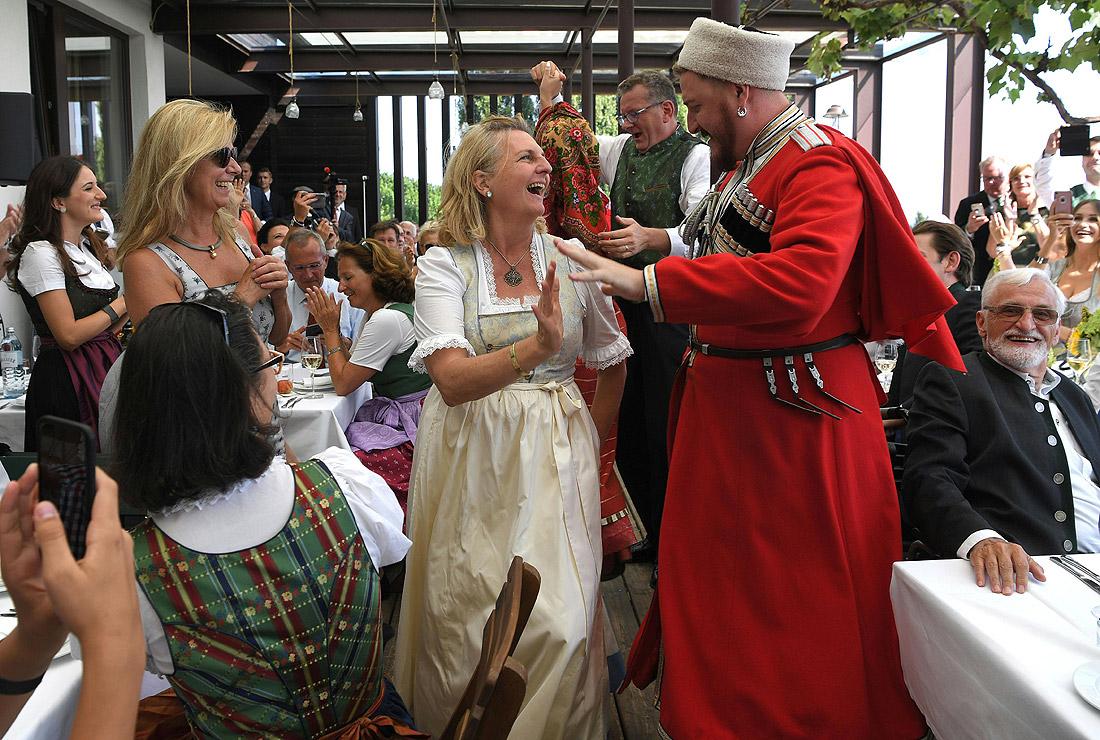 Карин Кнайссль танцует с участником хора донских казаков
