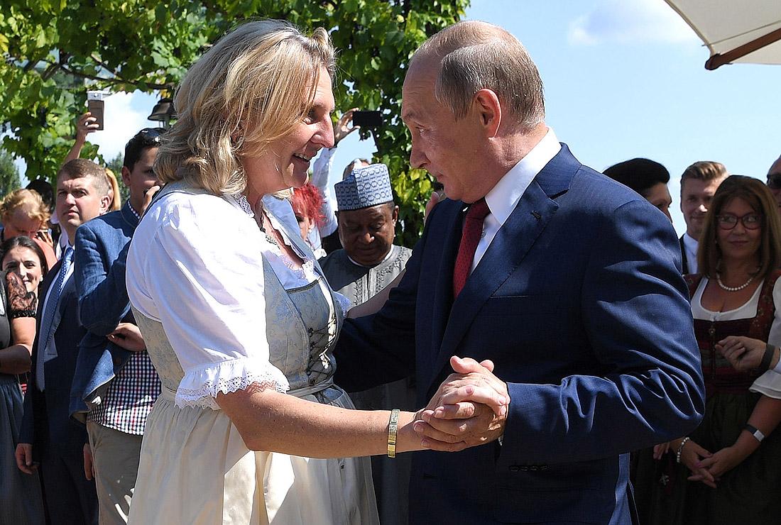 Владимир Путин танцует с Карин Кнайссль на ее свадьбе