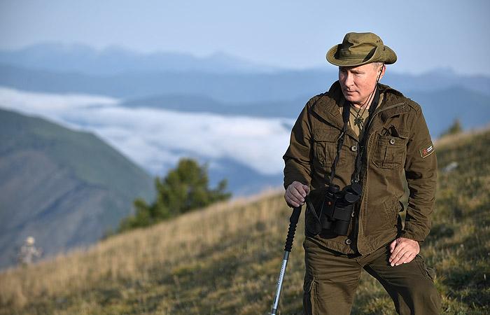 Во время отдыха в Туве Путин готовил еду на костре и наблюдал за козерогами