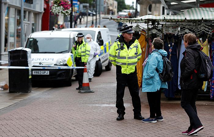 СМИ сообщили о бегающей с ножом женщине в британском городе Барнсли