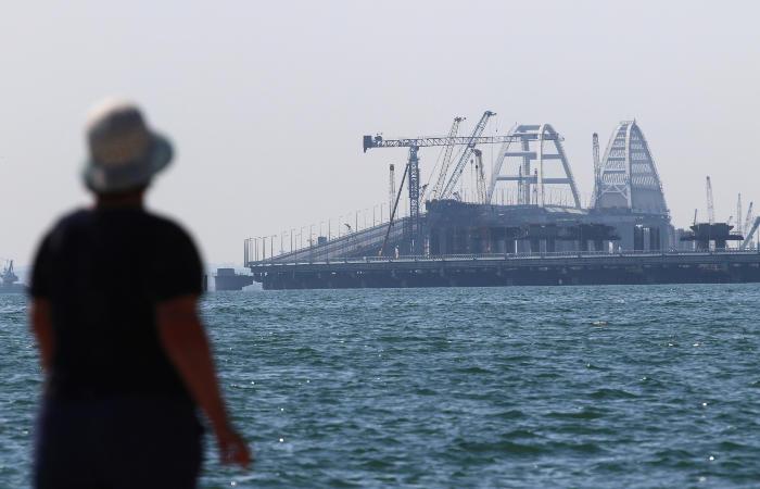 Появилось видео столкновения крана с Крымским мостом