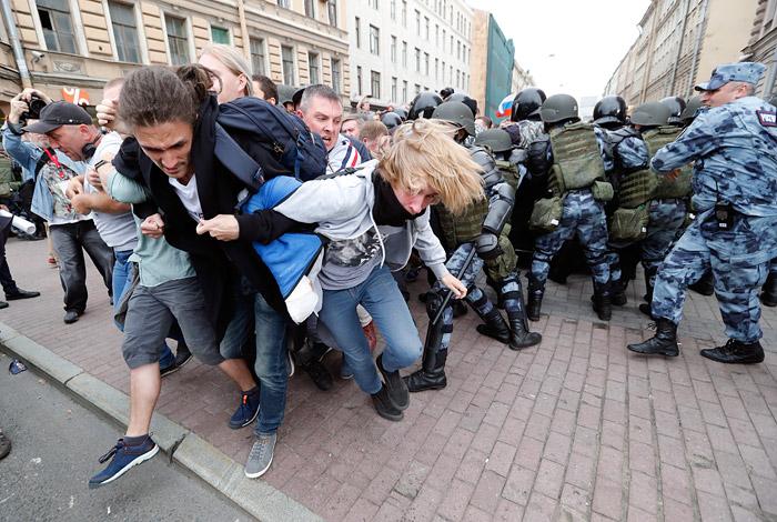 На родителей подростков, задержанных на акции в Петербурге, составили более 70 протоколов