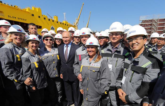 """Путин принял участие в церемонии закладки первого танкера класса """"Афрамакс"""""""