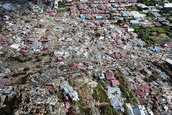 В Индонезии после землетрясения и цунами начал извергаться вулкан