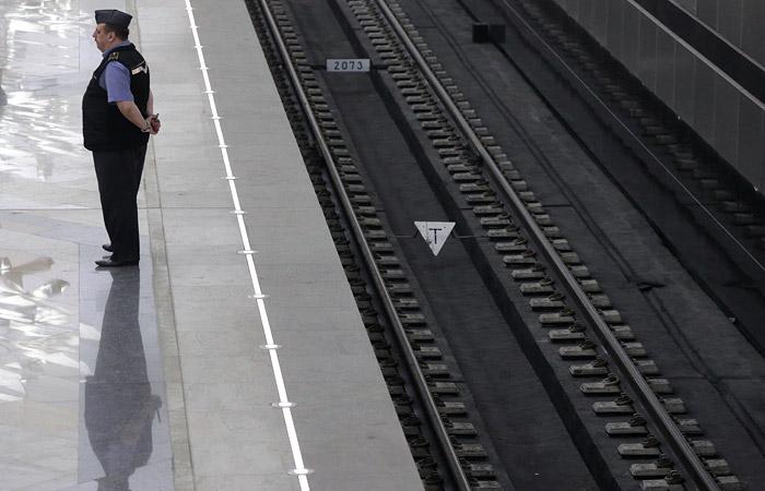 Московское метро будет требовать компенсацию с намеренно прыгающих под поезд пассажиров
