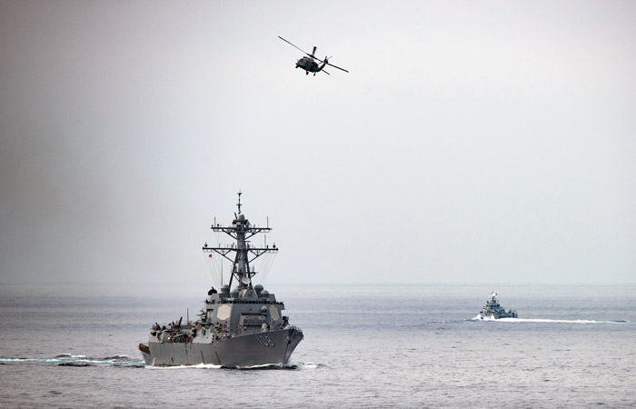 Вертолет ВМС США упал на палубу авианосца в Филиппинском море