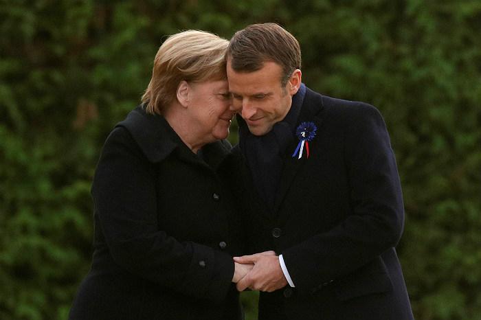 Макрон и Меркель открыли памятную плиту на мемориале перемирия 1918 года