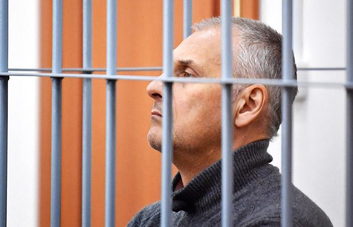 Экс-губернатора Сахалина Хорошавина отказались выпустить из клетки в зале суда