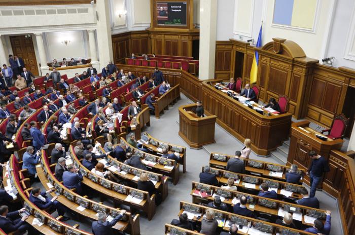 Рада в понедельник рассмотрит введение военного положения на Украине