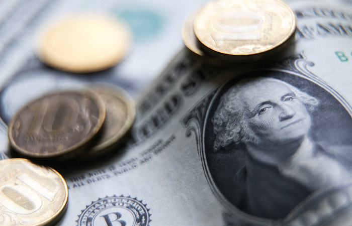 Рубль ускорил падение к доллару и евро на фоне инцидента в районе Керченского пролива