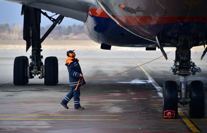 """Самолет в """"Шереметьево"""" экстренно прервал взлет из-за рабочего на полосе"""