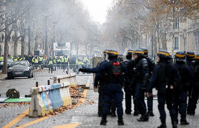 Полиция применила слезоточивый газ в стычках с демонстрантами на Елисейских полях