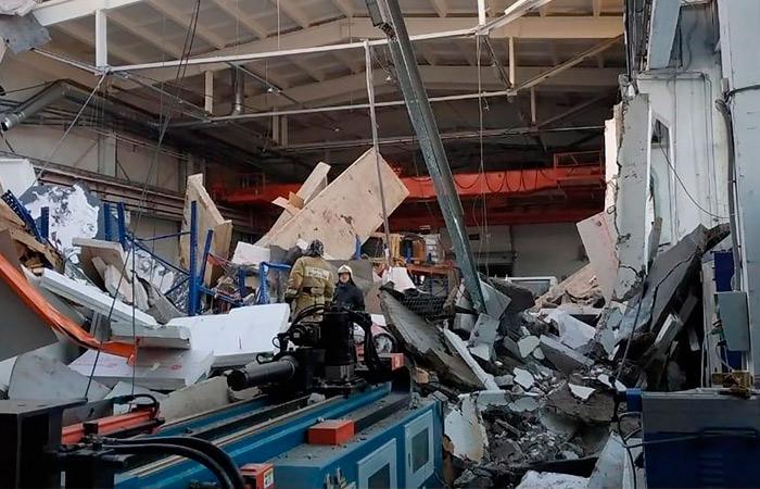 Число жертв обрушения на заводе в Подмосковье достигло трех человек