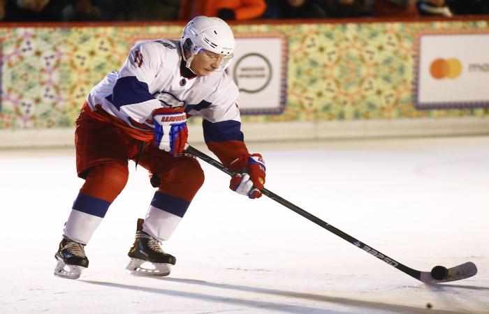 Путин вышел на хоккейную площадку катка на Красной площади