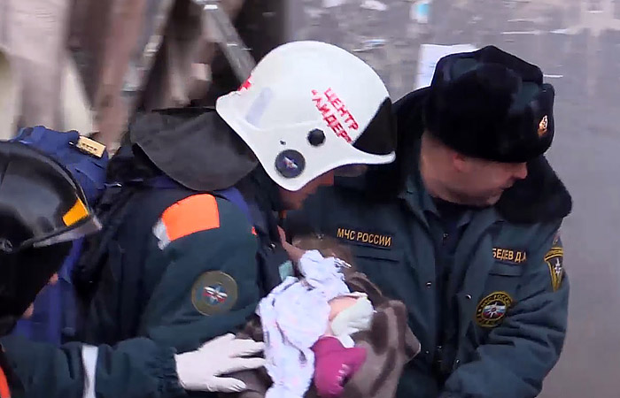 Под завалами дома в Магнитогорске нашли живого младенца
