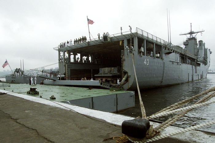 Большой десантный корабль ВМС США зашел в Черное море