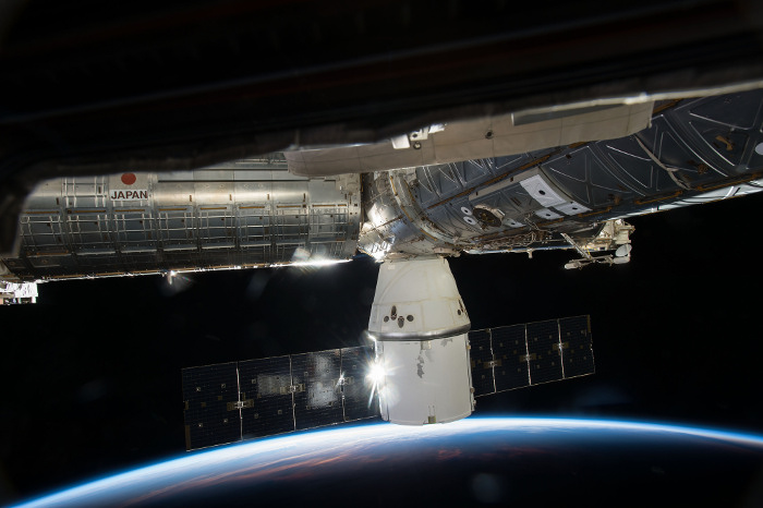 Грузовой корабль Dragon отстыкуется от МКС