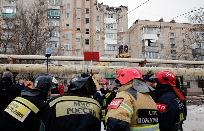 Спасатели начали разбирать завалы на верхних этажах обрушившегося дома в Шахтах