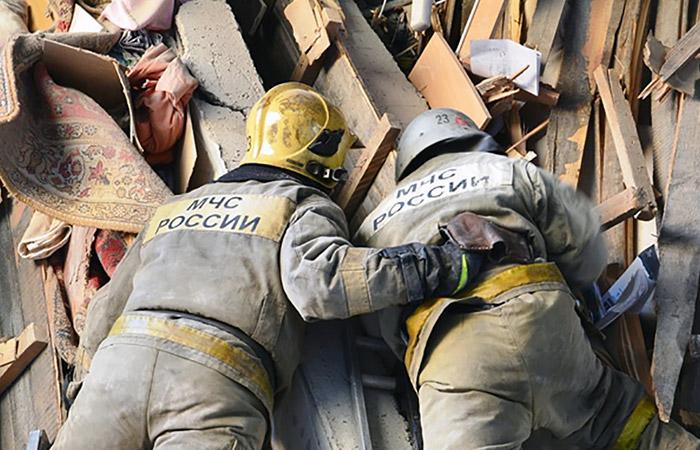 Спасатели обнаружили двух человек под завалами после взрыва газа в ростовском доме
