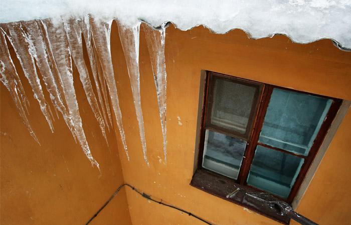 Второй человек за день погиб от падения льда с крыши дома в Москве