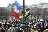 """В Париже полиция задержала 12 участников акции """"желтых жилетов"""""""