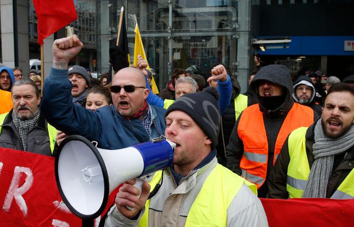 """В Бельгии """"желтые жилеты"""" атаковали съемочную группу одного из телеканалов"""