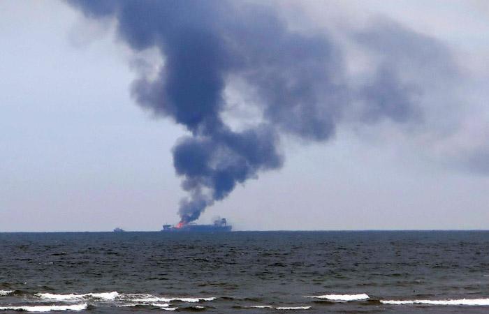 Два судна загорелись после взрыва в Керченском проливе