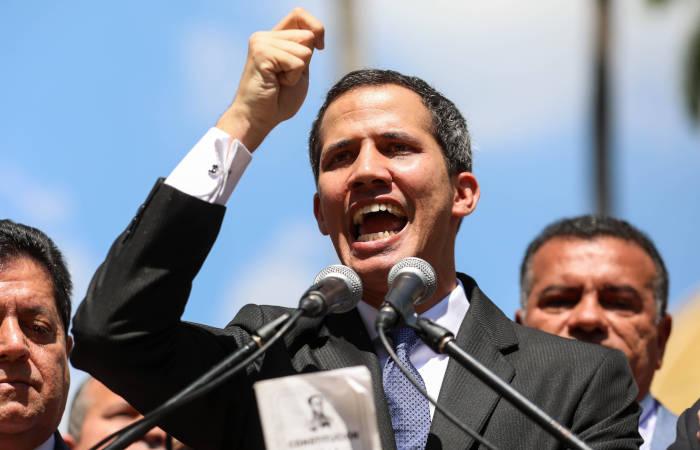 Экс-глава парламента Венесуэлы объявил себя временным президентом и принес присягу