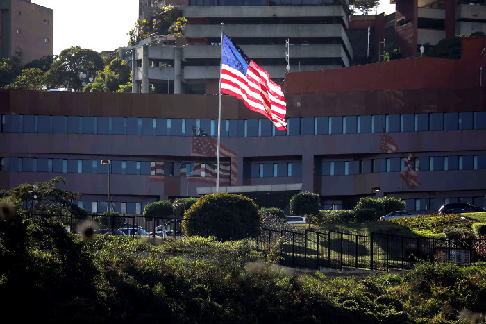 США распорядились отозвать часть дипломатов из Венесуэлы