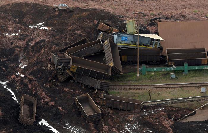 Почти десять человек погибли из-за обрушения дамбы в Бразилии