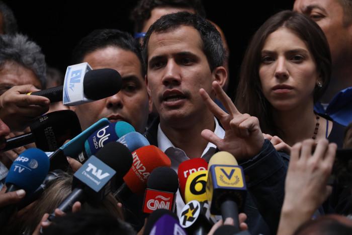 Гуаидо заявил о переговорах с военными и чиновниками с целью отстранения Мадуро