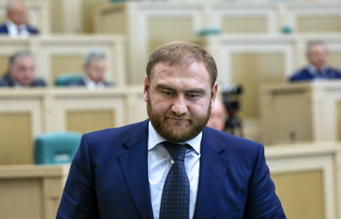 Сенатор Арашуков лишен неприкосновенности и задержан по делу об убийстве