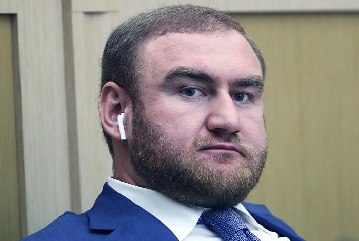 Сенатору Арашукову предъявили обвинения по трем статьям УК