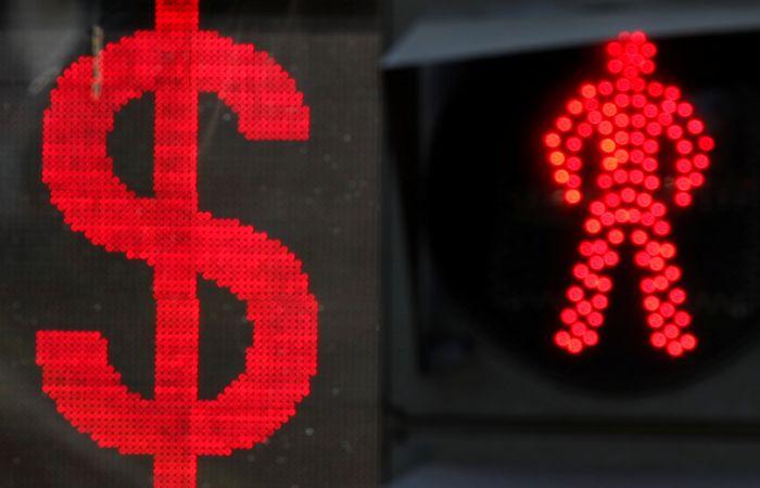 Курс рубля на Московской бирже резко упал на фоне угрозы новых санкций
