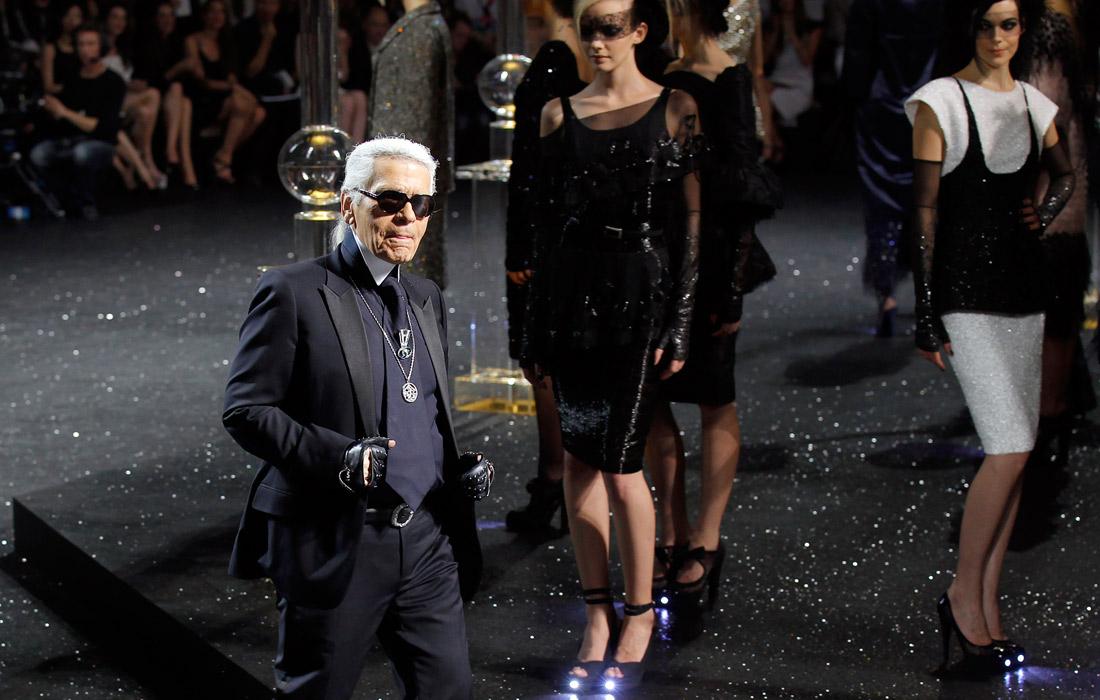 Карл Лагерфельд представил коллекцию haute couture в рамках Недели высокой моды в Париже. 2011 год.