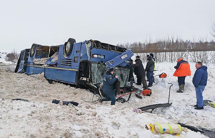 Под Калугой перевернулся автобус сдетьми, 7 человек погибли