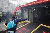 """В Париже акция """"желтых жилетов"""" переросла в столкновения с полицией и погромы"""
